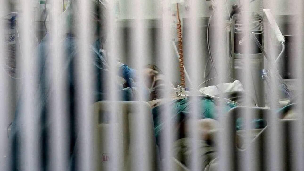 Την ίδια ώρα, ακόμη μία νοσηλεύτρια, 52 ετών, δίνει μάχη για τη ζωή στη ΜΕΘ του νοσοκομείου Αλεξανδρούπολης, σύμφωνα με την ΠΟΕΔΗΝ. Προηγουμένως, είχε βρεθεί θετική η κόρη της, η οποία γέννησε με καισαρική στο νοσοκομείο και μάλλον εκεί κόλλησε τον ιό.