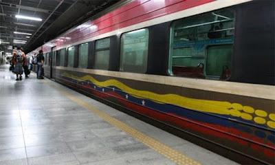 Mujer con su hija resbalan y caen en rieles del metro de Caracas