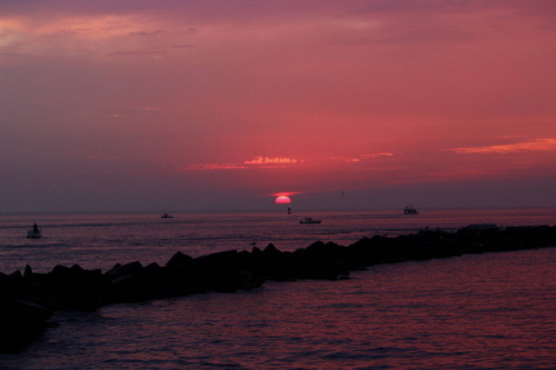 Nascer do sol no mar. #PraCegoVer