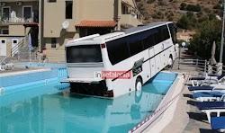 Το περιστατικό στην Κεφαλονιά θυμίζει λίγο από τρελές ταινίες του Χόλιγουντ, όταν λεωφορείο έπεσε σε πισίνα ξενοδοχείου, στα Τραυλιάτα  Σύμ...