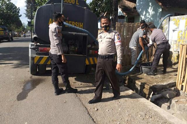 Polsek Dompu salurkan air bersih bagi warga
