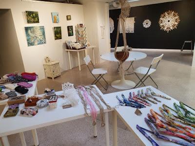 Taidetta ja käsitöitä Taiteilijayhdistyksen Kolmas Kerros ry tiloissa