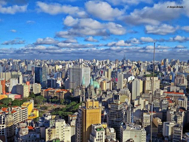 Panorâmica do Centro Histórico de São Paulo destaque para Catedral da Sé e Palácio da Justiça com Zona Sul ao fundo