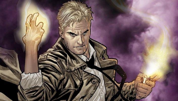 Imagem: Fundo roxo com névoa. Personagem em quadrinhos. Constantine, homem branco e loiro. Sem barba. Usa sobretudo cor creme. Está com a mão direta levantada e erradia luz dela. Com a esquerda segura um isqueiro,
