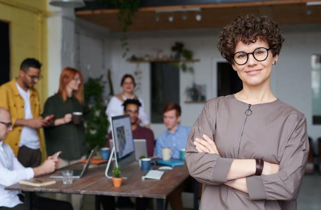 Pro dan Kontra dari Mengandalkan Tren Fashion di Tempat Kerja