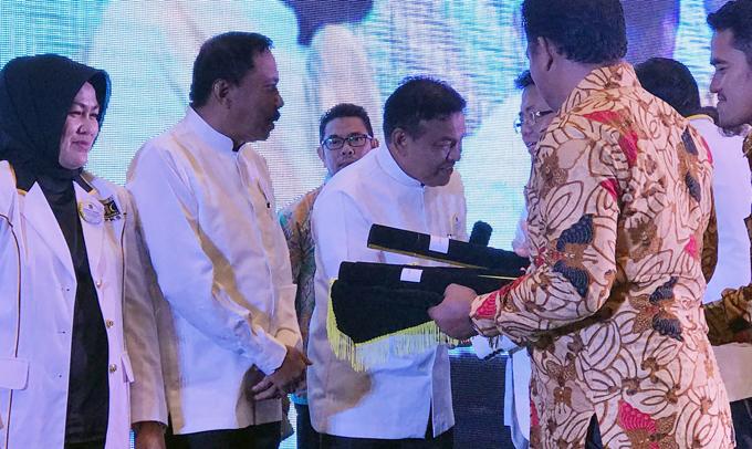 Jelang Pendaftaran, Presiden PKS Serahkan SK Dukungan ke Tafadal