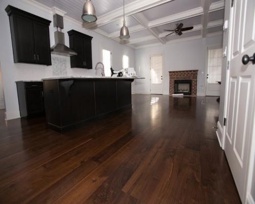 Sàn gỗ tự nhiên chiu liu lắp đặt ở phòng bếp