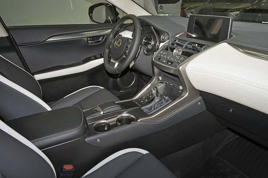 Lexus NX200 фото салона со стороны пассажира