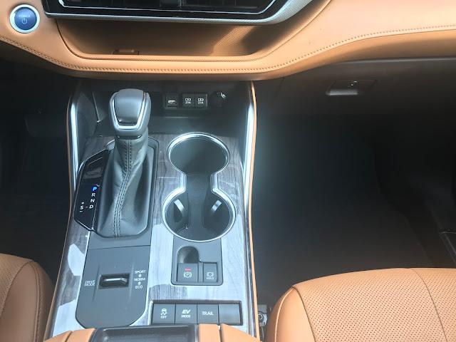 Center console in 2020 Toyota Highlander Hybrid Platinum AWD