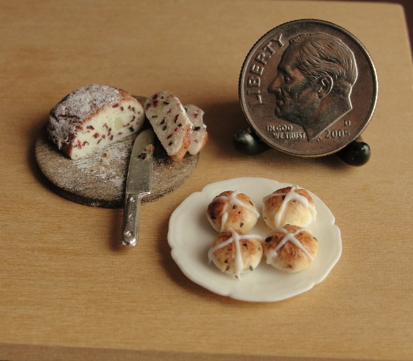 11-Dutch-Easter-Bread-and-Hot-Cross-Buns-Kim-Clough-fairchildart-Dolls-House-Miniature-Clay-Food-Art-www-designstack-co