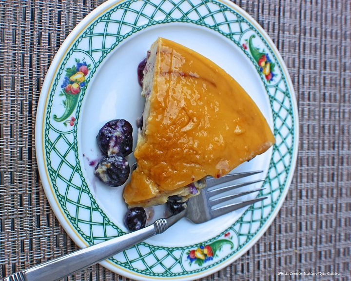 This is how to make a homemade blueberry flan with condensed milk and so easy