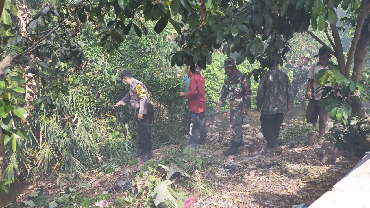 Bersama Muspika, Polsek Dawe Kerja Bakti Bersihkan Sungai