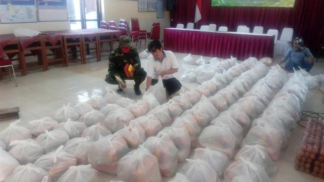 Babinsa Desa Kranggan Kawal Penyiapan Pendistribusian Bantuan Sembako