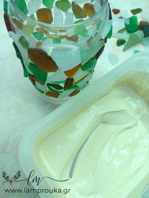 Στοκάρουμε για να γεμίσουν τα κενά που αφήνουν τα γυαλάκια πάνω στο βάζο