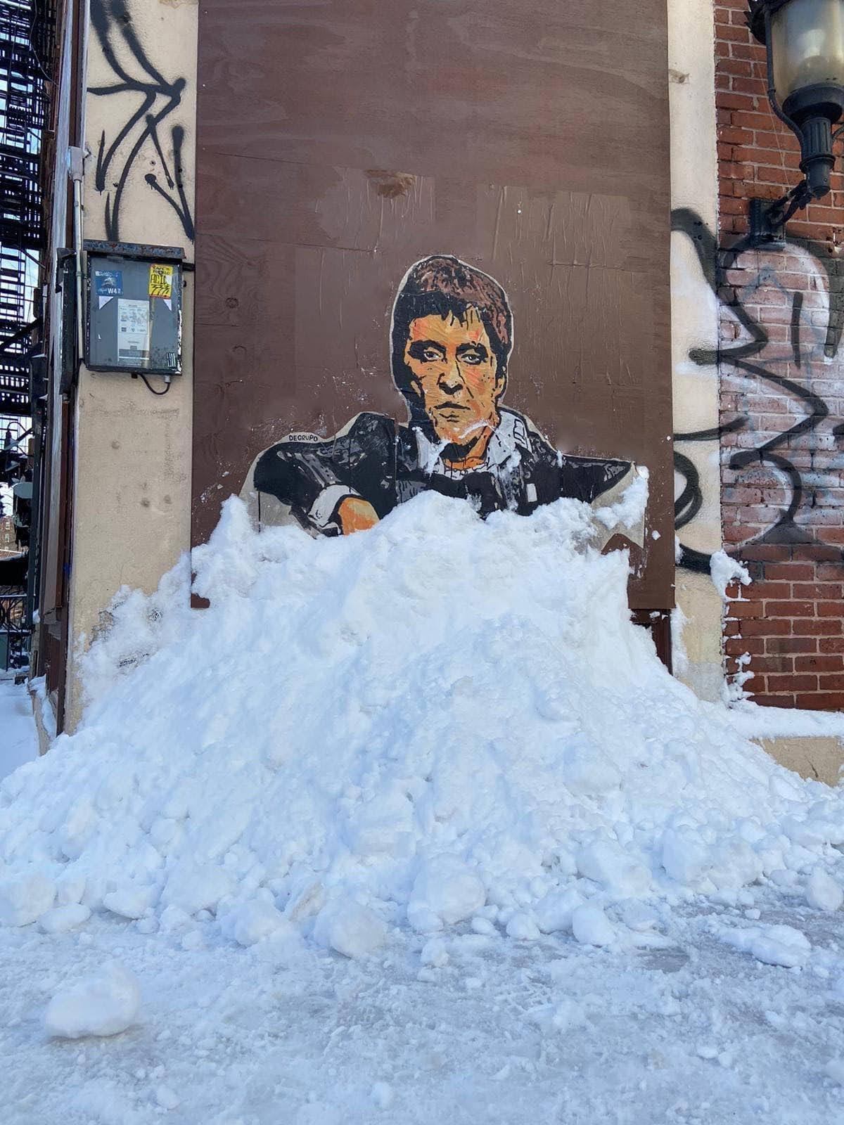 Scarface : アル・パチーノが演じたトニー・モンタナは麻薬王だけに、雪に埋もれた様子が、白い粉まみれのように見えなくもない天然の演出になってしまった「スカーフェイス」のストリート・アート ! !
