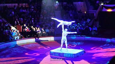 Przepiękny taniec, muzyka i akrobatyk