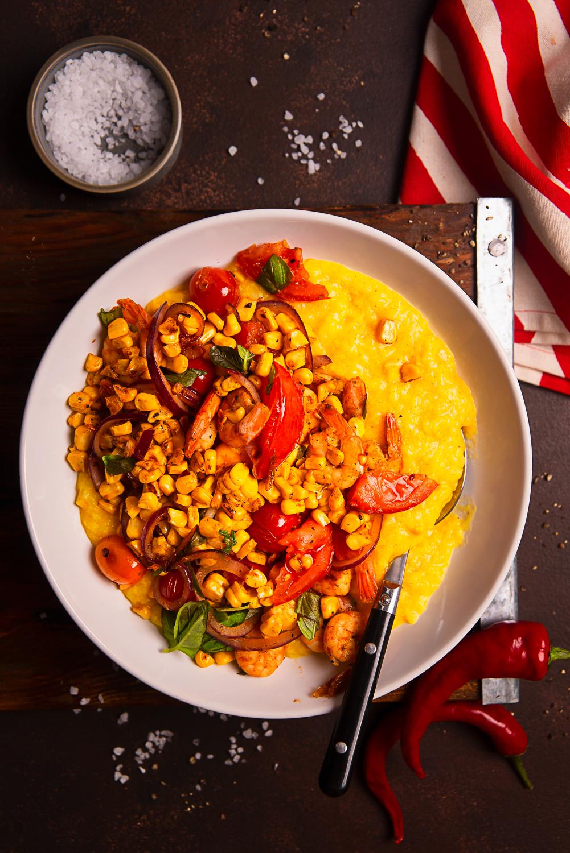 Rozgrzewające congee ryżowe z kurkumą, kukurydzą, pomidorem i krewetkami