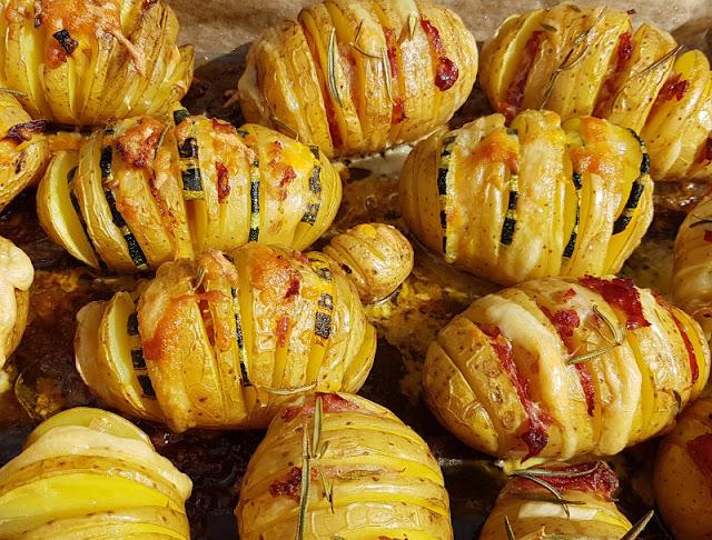 Hasselback-Kartoffeln: Rezept für schwedische Fächerkartoffeln aus dem Backofen. Das Kartoffel-Gericht aus Schweden eignet sich sowohl als Beilage als auch als Hauptgericht.