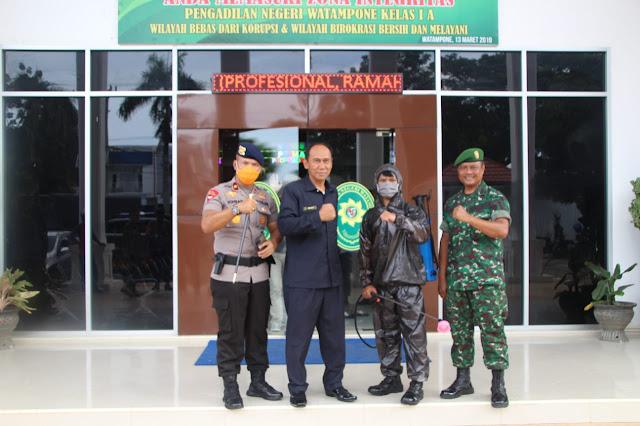 Personel Gabungan TNI-Polri dan dan Pemkab Bone Laksanakan Penyemprotan Desinfektan dan Sosialisasi Maklumat Kapolri