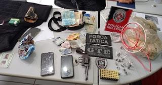 Operação policial prende dois homens e apreende arma de fogo e drogas em Cubati