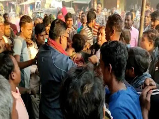मोबाइल चोरी कर भाग रहे शख्स की भीड़ ने जमकर की पिटाई, पुलिस ने बचाई जान