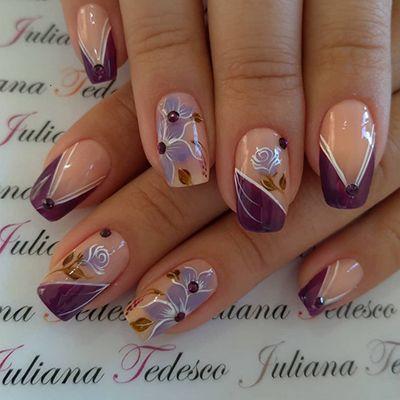 decoração de unhas em roxo com pedrinhas