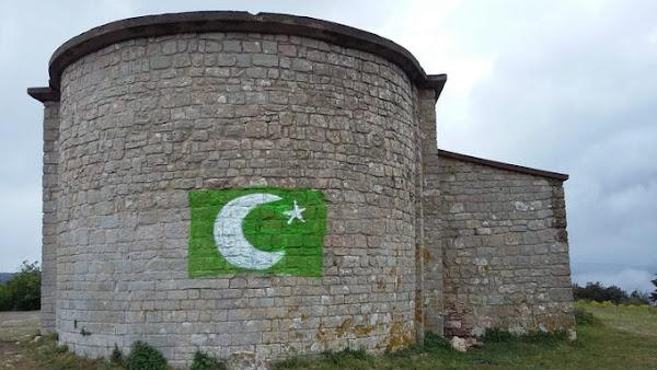 Brisons la loi du silence : Dans l'Hérault (34) une chapelle du XIe siècle taguée, le graffiti rappelle le drapeau du Pakistan