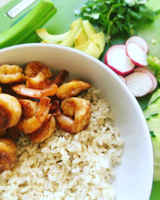 Poke bowl de camarones con arroz integral