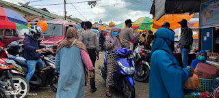 Personel Polsek Alla Terus Gencarkan Penerapan Prokes Di Lingkungan Pasar Sudu