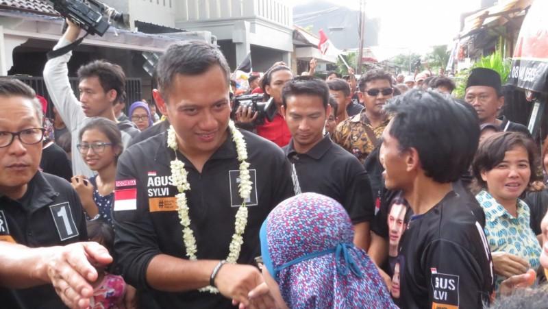 Agus Yudhoyono menyalami warga saat blusukan