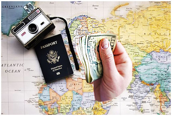 Euroopan kartta, jossa Suomikin näkyy. Sen päällä kamera, passi ja käsi, jossa seteleitä.