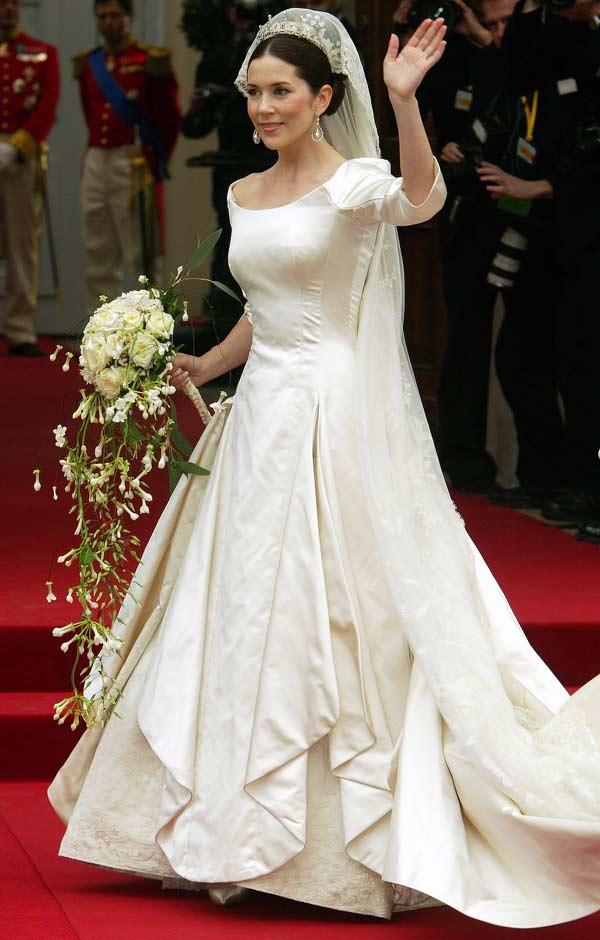 The royal order of sartorial splendor wedding wednesday for Tudor style wedding dress