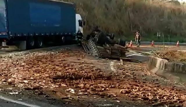 Vereador morre após capotar caminhão carregado com mandioca
