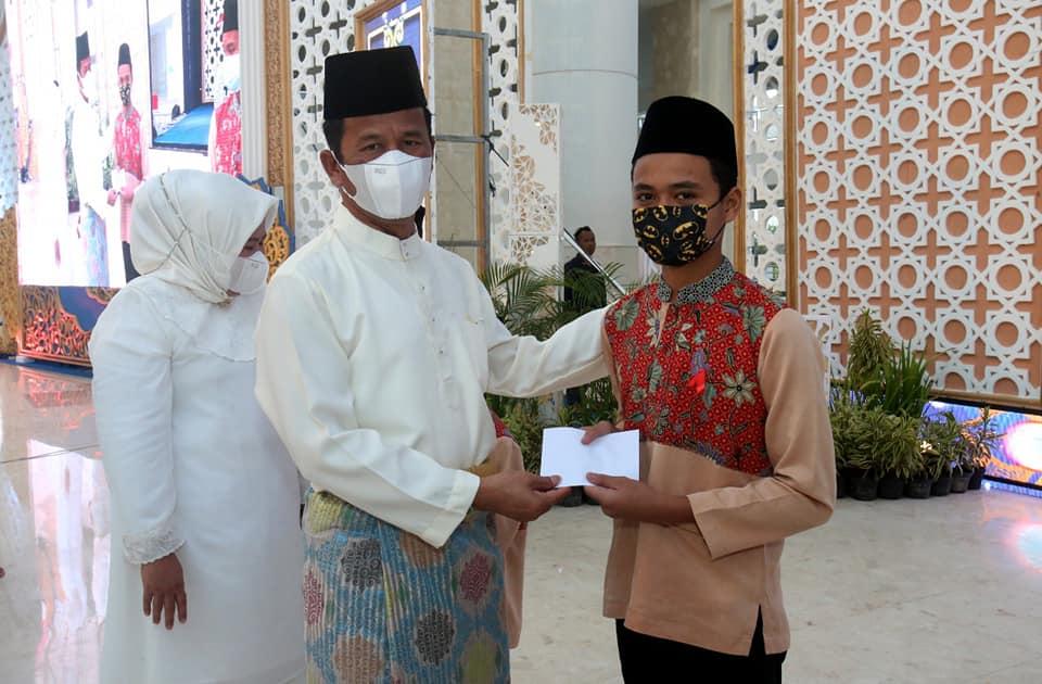 Dihadiri Wagub Kepri, Walikota Bersama Wakil Walikota Batam Secara Simbiolis Serahkan Bantuan Kepada Anak Yatim