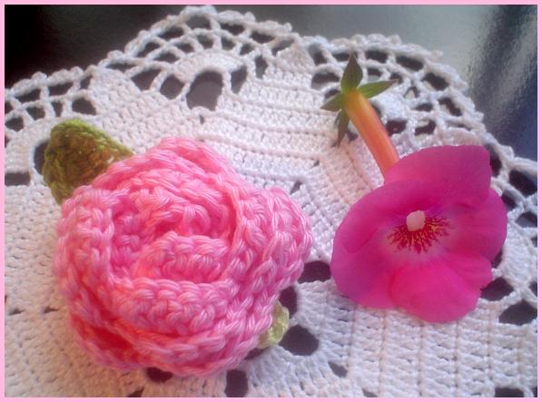 http://1.bp.blogspot.com/-NQnzXqqQeSs/T7AYROdqHvI/AAAAAAAAZtI/qVtjYaloUew/s1600/Flor+Rosa+Enrolada.+Crochet+Flower.PNG