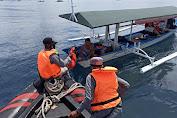 Personel Bakamla RI Bagi-Bagi Bansos di Tengah Laut Manado