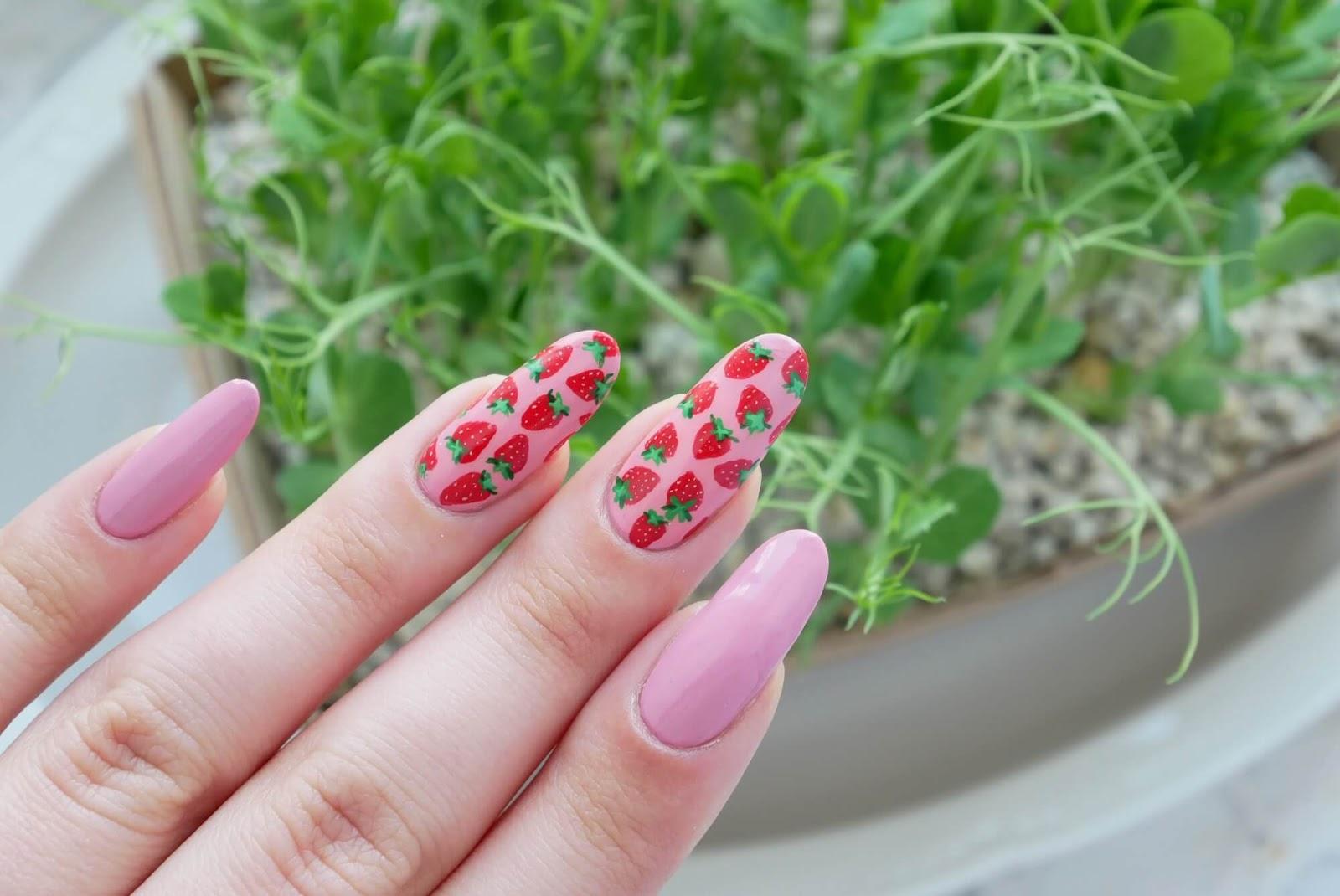 truskawkowe paznokcie