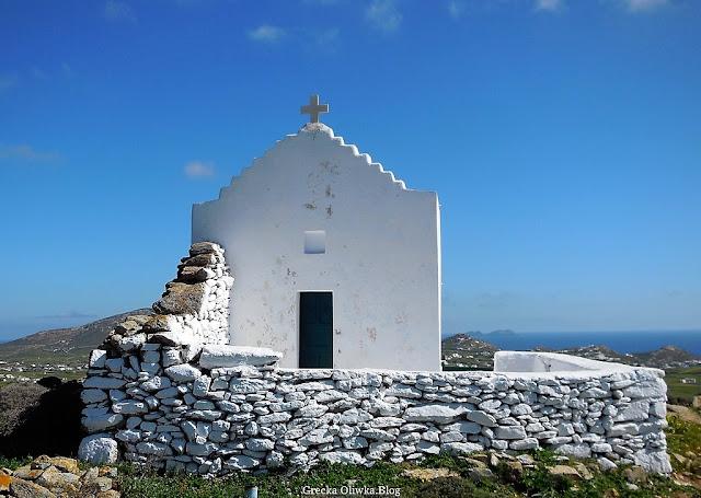 biała grecka cerkiwen na tle błęktnego nieba Mykonos