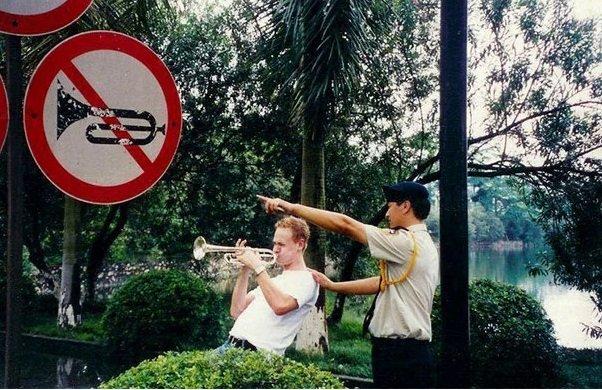 Ele não se importou que o guarda lhe dissesse para deixar o lugar por quebrar as regras