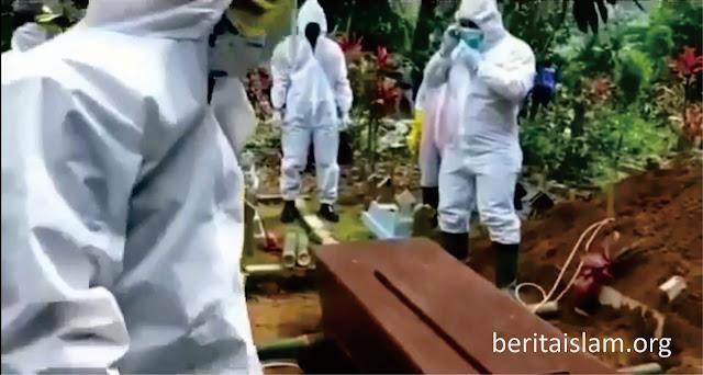 Personil Polres Wonosobo Makamkan Jenazah Pasien Corona