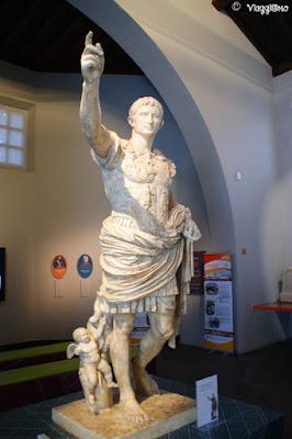 Statua di Costantino nel museo del Trophée des Alpes