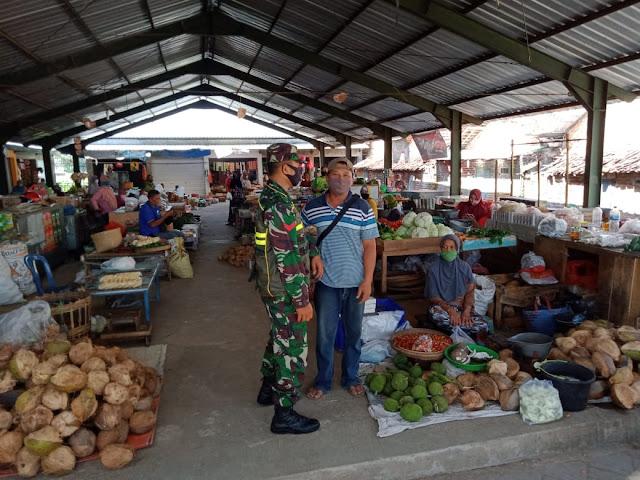 Anggota Koramil 0802/17 Pulung Ajak warga Pasar Untuk Terus Patuhi Protokol Kesehatan