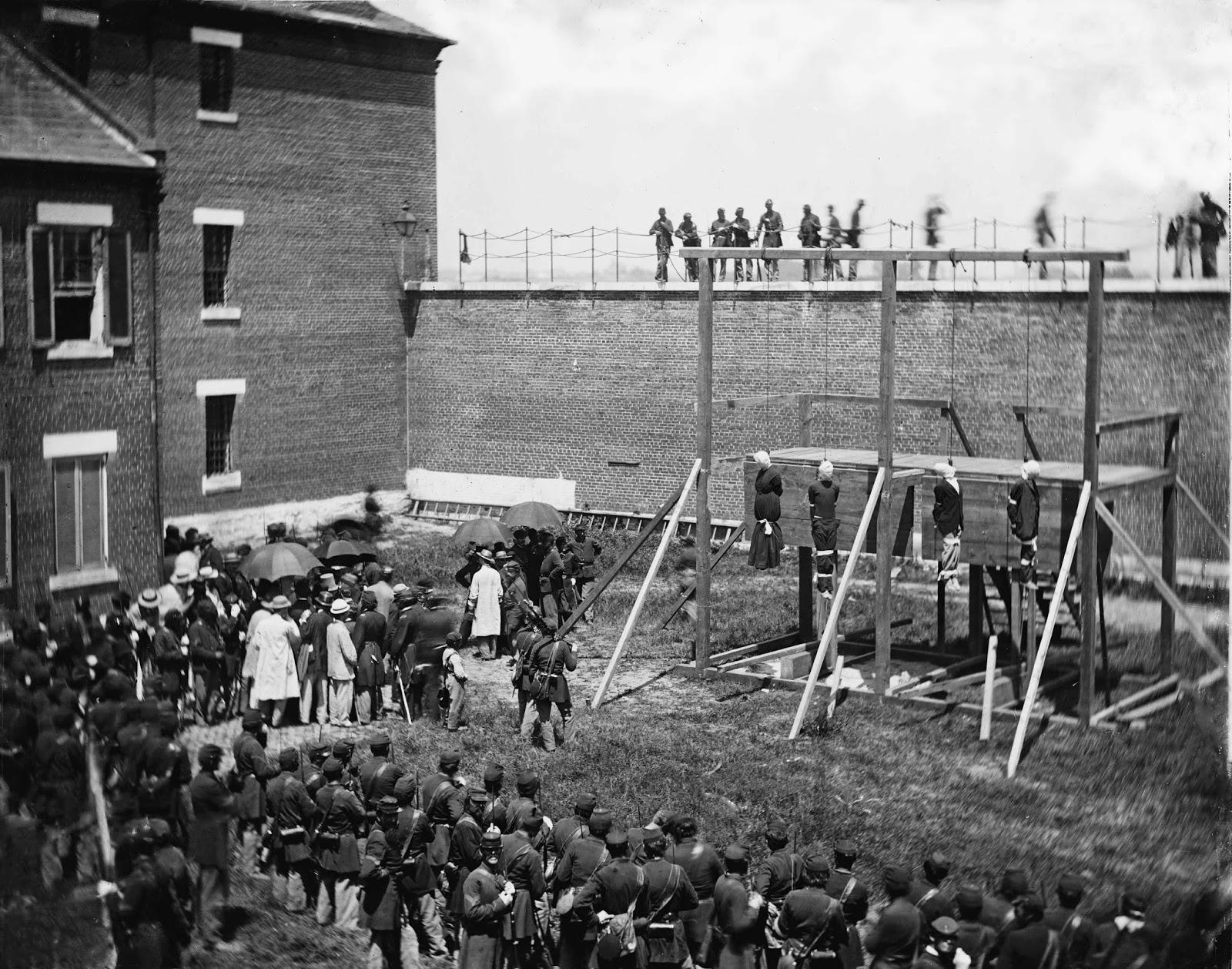 Los conspiradores se pararon en la caída durante unos 10 segundos, y luego el capitán Rath aplaudió. Cuatro soldados derribaron los soportes que sostenían las gotas en su lugar, y los condenados cayeron.