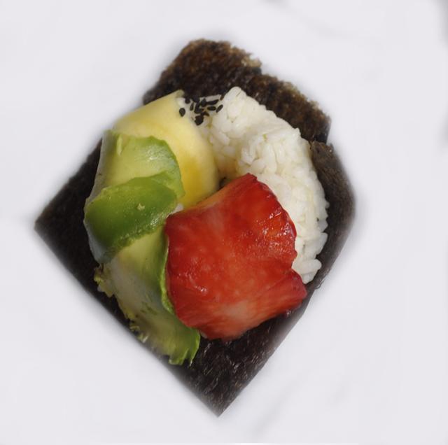 un cuadrado de nori ( negro) encima el donuts de arroz, un curculo  con un agujero en medio, encima hay aguacate, al lado fresa, al otro mango y enfrente sésamo negro y  se ve un poco delarroz blanco.