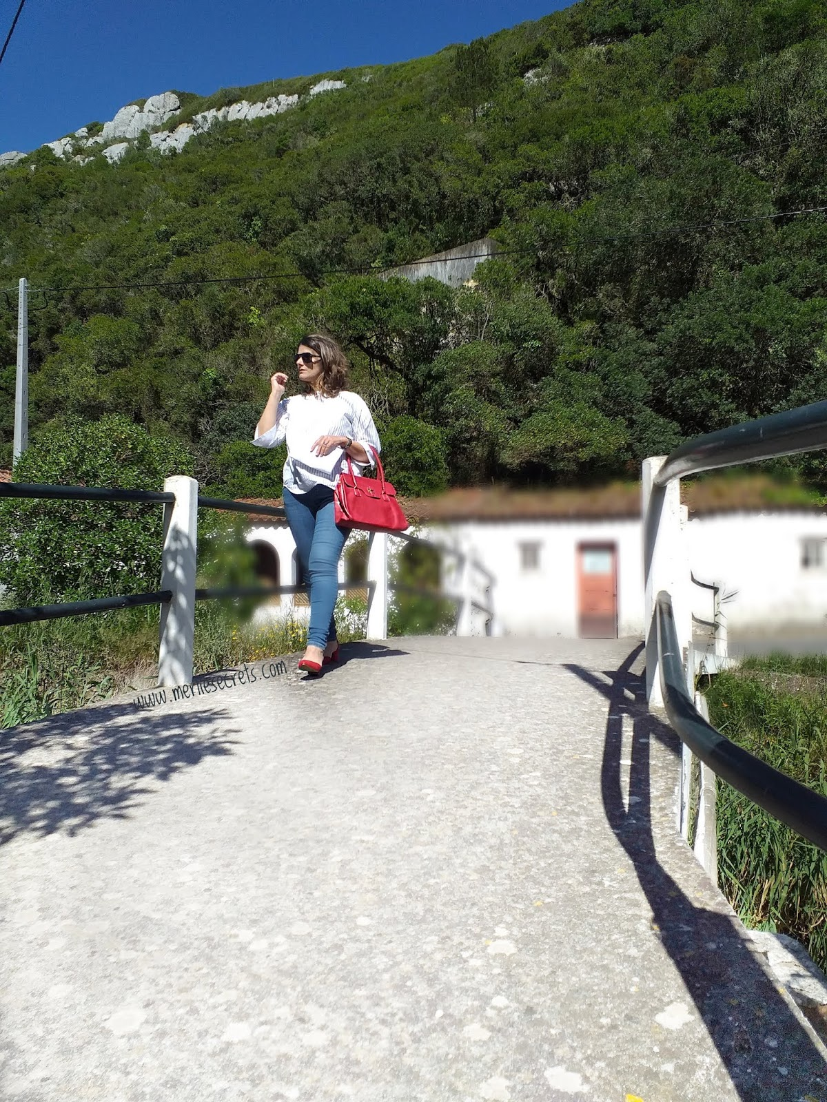 outfit calça ganga e sapato vermelho