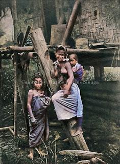 wanita dan dua anaknya di kabanjahe