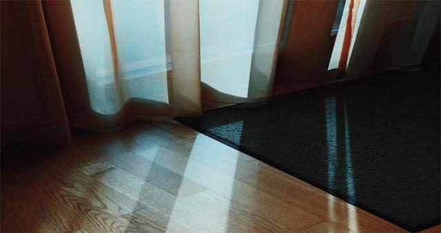 hindari lantai kayu dari pancaran sinar matahari secara langsung