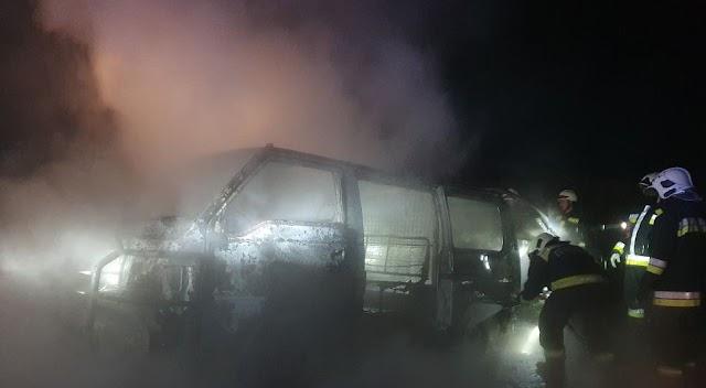 Kiégett egy mikrobusz a Füsti úton Nagyrábén