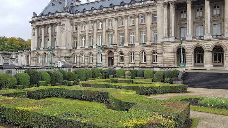 布魯塞爾皇宮 (Royal Palace of Brussels),只能遠看的景點,外頭有許多記者駐足