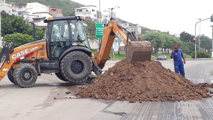 Sem autorização prévia, Embasa interdita parte de avenida em Jacobina